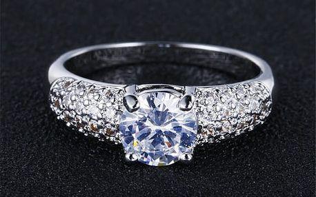 Dámský prsten zdobený kamínky ve stříbrné barvě