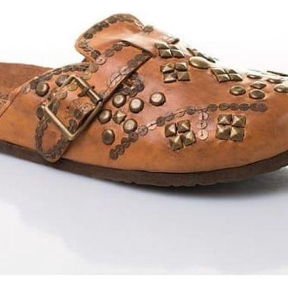 Dámské kožené pantofle s ozdobnými cvočky světle hnědé