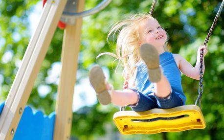 Vstup na dětské hřiště s obřími trampolínami
