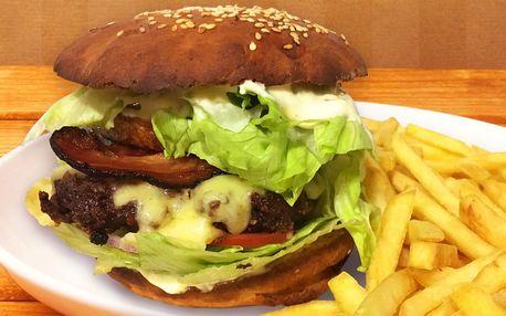 Hovězí burger v domácí houstičce a hranolky