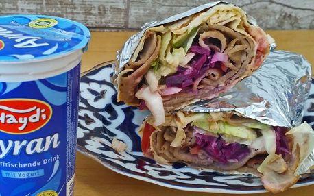 Skvělý kebab zabalený do tortilly a nápoj Ayran