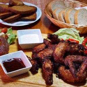 Masová hostina pro partu: kilo křídel a tatarák