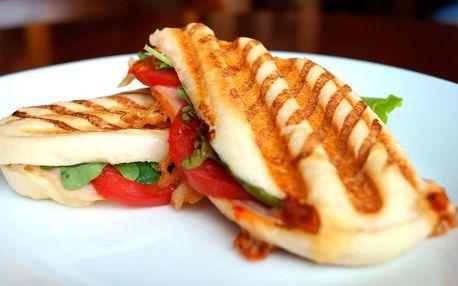 Pauza v kavárně: panini či croissant a nápoj