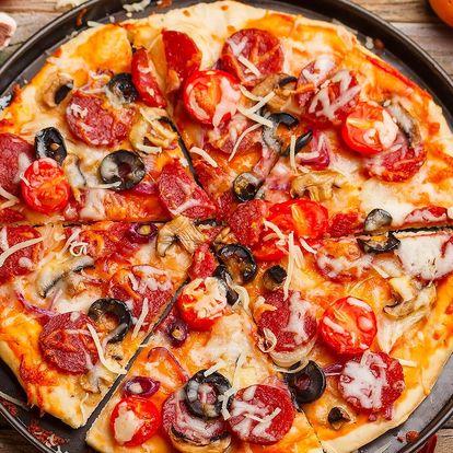 Dvě nazdobené pizzy k nakousnutí