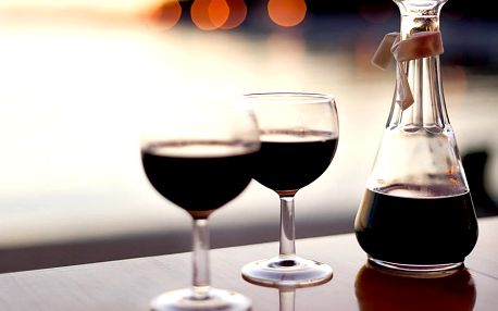 Karafa stáčeného vína v baru nebo s sebou