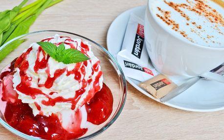 Zmrzlinový pohár v kavárně u náplavky