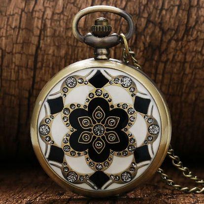 Kapesní hodinky s bohatě zdobeným víkem