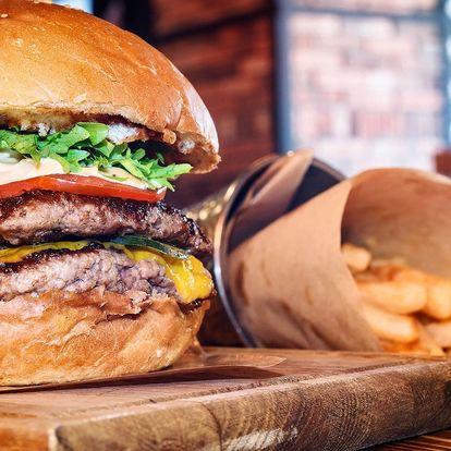 K prasknutí naplněný burger a porce hranolků