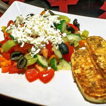 Řecký salátek s olivami a grilovaným sýrem