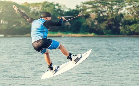 Parádní jízda: na wakeboardu po vodní hladině