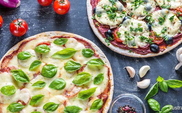 2 nazdobené pizzy s průměrem 32 cm