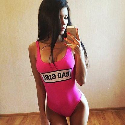 Jednodílné plavky s nápisem Bad Girl v růžové barvě