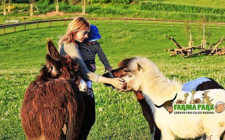 Celodenní vstupenka s krmením zvířátek pro 2 dospělé a 3 děti ve Farmaparku v Soběhrdech