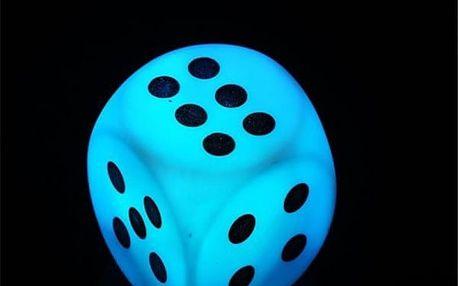 LED svítící hrací kostka v náhodné barvě
