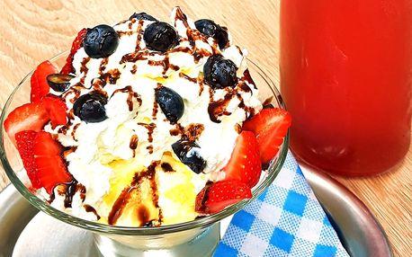 Zmrzlinový pohár a nápoj v kavárně s hernou