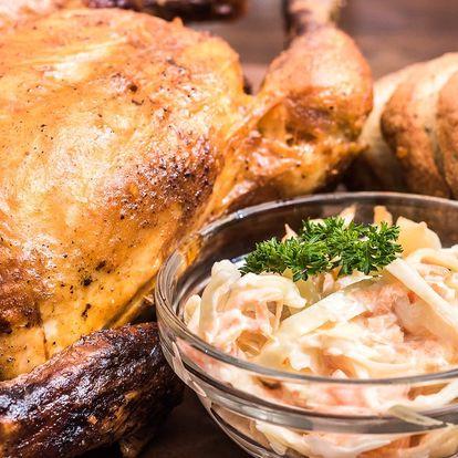 Celé kuřátko z grilu, coleslaw a rozpečený chléb
