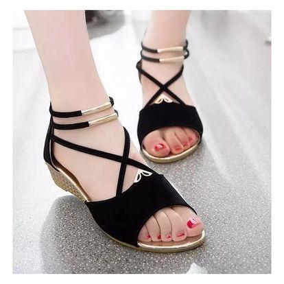 Dámské sandály se zajímavě provedeným nártem a dvojitým páskem