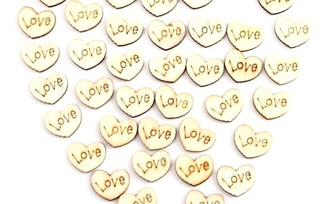 50 kusů mini dřevěných srdíček s nápisem Love