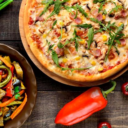 Pizza nebo salát v restauraci u Karlova mostu