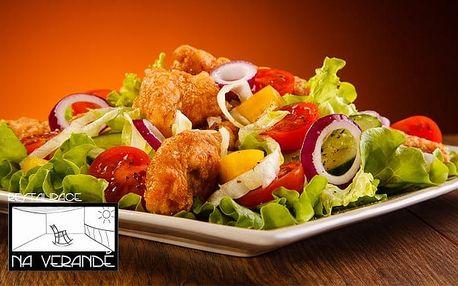 Zeleninový salát se smaženými kuřecími stripsy pro 1 či 2 v restauraci Na Verandě v Praze