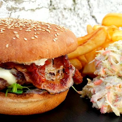 Šťavnatý burger v domácí housce, hranolky, salát