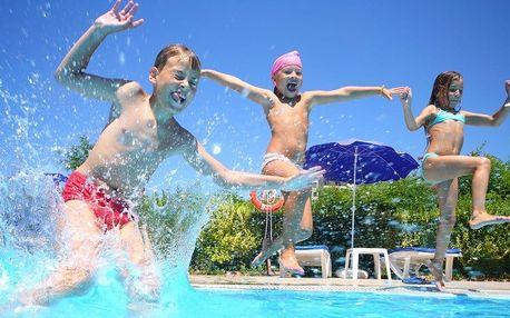 Plavání a lenošení na rodinném koupališti Frýdštejn