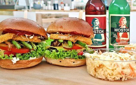 Zdravý kopřivový burger s přílohou a limonádou