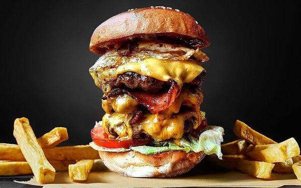 Burgerová výzva: fešák s 500 g masa a hranolky