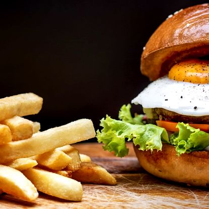 Burger s hranolky i omáčkou v žižkovském Barru