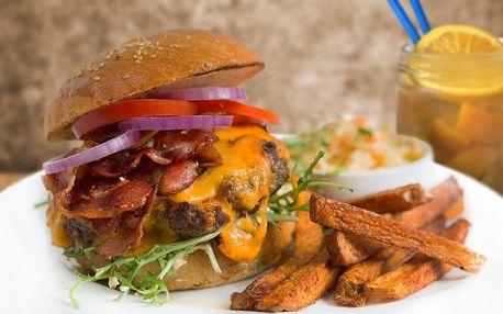 Šťavnatý burger s přílohou a domácí limonádou