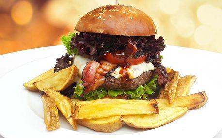 Velký hovězí burger v domácí bulce a hranolky