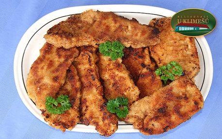 Půlkilová porce kuřecích a půlkila vepřových řízečků v restauraci U Klimešů u Jesenice