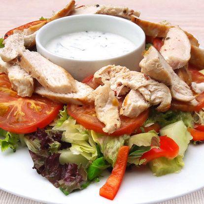Dva velké saláty s grilovaným kuřecím masem
