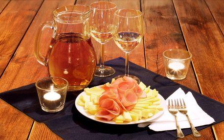 Litr skvělého vína a talíř dobrot na Karláku
