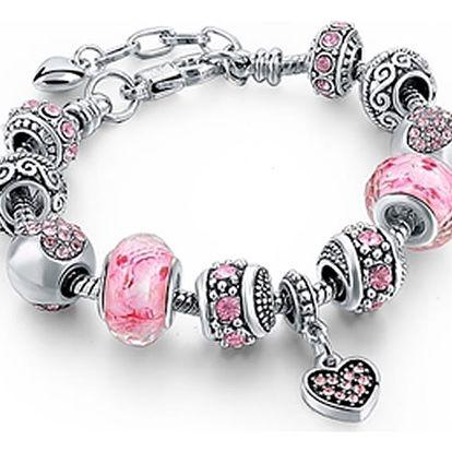 Módní náramky v různých variantách. Náramky jsou poskládané z krásných korálků s krystaly.