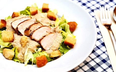 1 nebo 2 porce Caesar salátu v centru Prahy