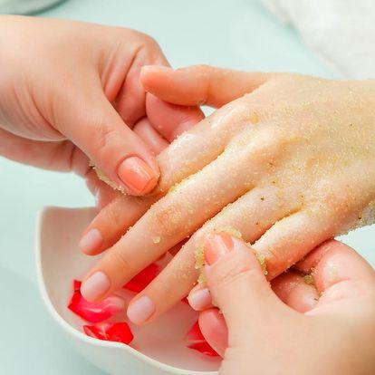 Péče o ruce: masáž s fototerapií a manikúra