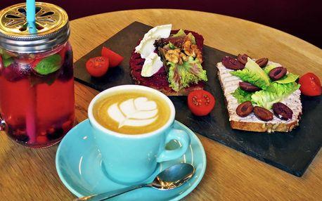 Zdravý celozrnný chlebíček, káva a limonáda