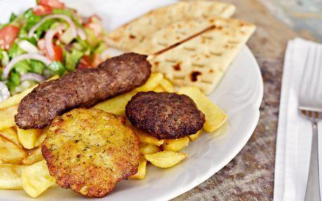 Variace řeckých biftečků s přílohami pro dva