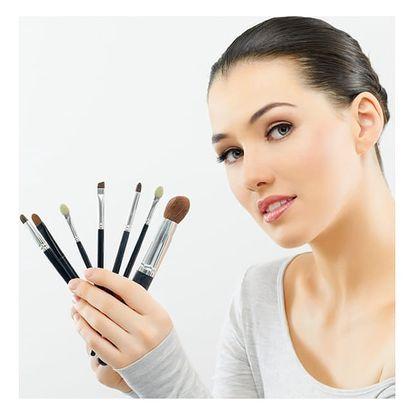 Kosmetické ošetření s denním líčením nebo s prodloužením řas v salonu Art Nails v Praze.