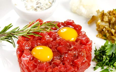 Tatarský biftek 250 g nebo 500 g s topinkami ve Švejk Restaurantu Strašnice.