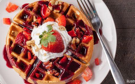 Domácí wafličky se šlehačkou a čerstvým ovocem