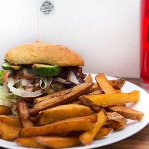 Hovězí burger dle chuti, domácí hranolky a limča