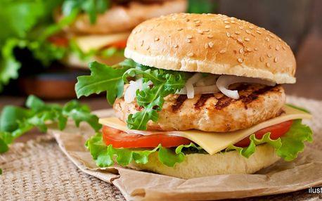 Zdravý kuřecí burger s přílohou a domácí limčou