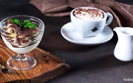 Domácí dezert, káva a voda v africké kavárně