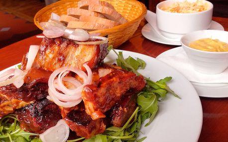 Kilo masitých žebírek se salátem Coleslaw