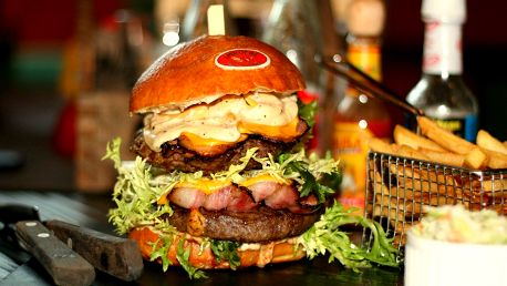 Dva burgery s hranolky a hodina bowlingu