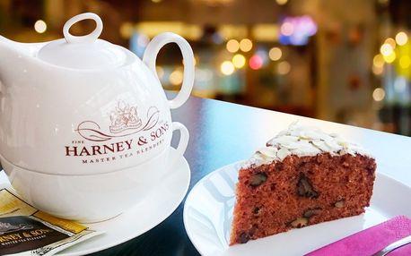 Lahodná káva a mrkvový dort v tréninkové kavárně