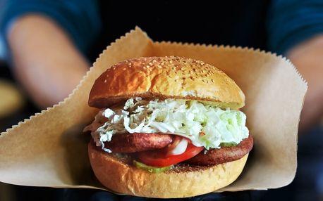 Nadupaný burger se zeleninou v centru Plzně