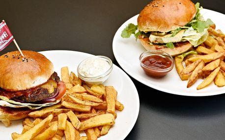 Poctivý burger s porcí hranolků uprostřed Prahy